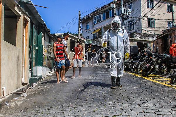 RJ. Rio de Janeiro. 24.04.2021 COVID-19 Colaboradores se unem para higienizar a favela do Santa Marta, Botafogo, zona sul e combater o avanço do novo coronavírus neste sábado  (24). (Foto: Ellan Lustosa / Código 19).