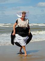 Nederland Katwijk 2016.  Een dagje naar het strand. Noordzee Zomerfestival. Nationaal Klederdracht Festival. Zeeuwse klederdrachtvereniging Ons Boeregoed. Foto Berlinda van Dam / Hollandse Hoogte