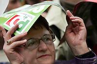 Simpatizzanti del Partito Democratico si riparano dalla pioggia durante la manifestazione di chiusura della campagna elettorale a Roma, 11 aprile 2008..UPDATE IMAGES PRESS/Riccardo De Luca