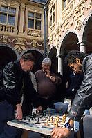 Europe/France/Nord-Pas-de-Calais/59/Nord/Lille : La Grand Place - Joueurs d'échecs dans la cour de la vieille bourse [Non destiné à un usage publicitaire - Not intended for an advertising use]