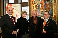 La Monnaie royale canadienne (MRC) marque le 400e anniversaire de la ville de Québec en présentant des pièces commémoratives en argent à l'Hôtel de ville. De gauche à droite : Jean Leclerc (Société 400e de Québec); Marguerite Nadeau (MRC); Ghislain Harvey (Conseil d'administration, MRC) et Régis Labeaume, Maire de Québec. (Groupe CNW/Monnaie Royale canadienne)
