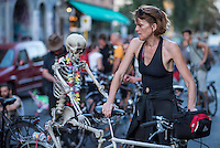 """Fahrrad Sit-In in BerlinKreuzberg.<br /> Am Freitag den 26. August 2016 versammelten sich mehrere hundert Fahrradfahrer zu einem """"Sit-In gegen die Radfahrerhoelle Oranienstrasse"""". Sie protestierten gegen die Verkehrspolitik des Berliner Senat. Die Oranienstrasse ist fuer Radfahrer beim Radsicherheitsdialog des Senats 2013 als extrem gefaehrlich eingestuft worden, passiert ist seit dem jedoch nichts. Auch eine wenige hundert Meter lange """"Tempo 30-Zone"""" fuehrt nicht zu mehr Sicherheit.<br /> Das Sit-In dauerte ca. 45 Minuten, danach schlossen sich die Radfahrer einer """"Critical Mass-Aktion"""" an, bei der weit ueber 1.000 Menschen mit dem Rad durch Berlin fuhren um fuer ein bessere Fahrradpolitik in Berlin demonstrierten.<br /> 26.8.2016, Berlin<br /> Copyright: Christian-Ditsch.de<br /> [Inhaltsveraendernde Manipulation des Fotos nur nach ausdruecklicher Genehmigung des Fotografen. Vereinbarungen ueber Abtretung von Persoenlichkeitsrechten/Model Release der abgebildeten Person/Personen liegen nicht vor. NO MODEL RELEASE! Nur fuer Redaktionelle Zwecke. Don't publish without copyright Christian-Ditsch.de, Veroeffentlichung nur mit Fotografennennung, sowie gegen Honorar, MwSt. und Beleg. Konto: I N G - D i B a, IBAN DE58500105175400192269, BIC INGDDEFFXXX, Kontakt: post@christian-ditsch.de<br /> Bei der Bearbeitung der Dateiinformationen darf die Urheberkennzeichnung in den EXIF- und  IPTC-Daten nicht entfernt werden, diese sind in digitalen Medien nach §95c UrhG rechtlich geschuetzt. Der Urhebervermerk wird gemaess §13 UrhG verlangt.]"""