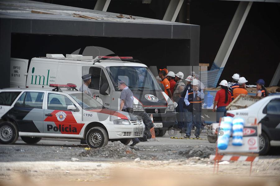 SAO PAULO, SP, 27.11.2013 - IML retira o corpo dos operarios do estdio do Corinthians(Foto:Adriano Lima / Brazil Photo Press).