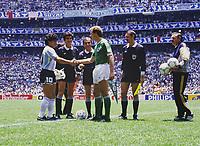 Fussball, Weltmeisterschaft 1986 Finale<br />Argentinien - Deutschland<br />Diego MARADONA (Argentinien links), Karl-Heinz RUMMENIGGE (Deutschland rechts)<br /> <br /> - 29.06.1986<br /> <br /> Es obliegt dem Nutzer zu prüfen, ob Rechte Dritter an den Bildinhalten der beabsichtigten Nutzung des Bildmaterials entgegen stehen.