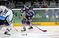 Ronny Arendt (Adler) gegen Josef Lehner (Straubing)<br /> Adler Mannheim vs. Straubing Tigers, SAP Arena<br /> *** Local Caption *** Foto ist honorarpflichtig! zzgl. gesetzl. MwSt. <br /> Auf Anfrage in hoeherer Qualitaet/Aufloesung. Belegexemplar an: Marc Schueler, Am Ziegelfalltor 4, 64625 Bensheim, Tel. +49 (0) 6251 86 96 134, www.gameday-mediaservices.de. Email: marc.schueler@gameday-mediaservices.de, Bankverbindung: Volksbank Bergstrasse, Kto.: 151297, BLZ: 50960101