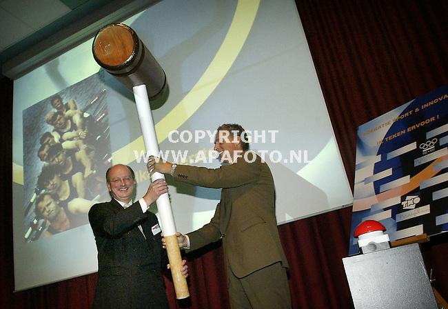 papendal 300905 Met een klap met een enorme hamer op een knop bezegelden charles van commenee(links) en sturkeboom (rechts) de oprichting van INOsport.<br />Foto frans ypma APA-foto