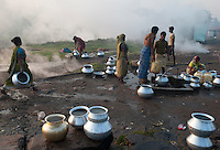 INDIEN Jharia Siedlungen muessen brennenden Kohlefloezen und dem Abbau der BCCL Ltd weichen | .INDIA Jharkhand Jharia, smoking underground coalfield of BCCL Ltd. affect villages around Jharia
