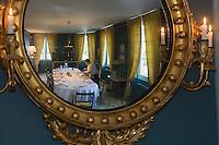 Europe/France/Aquitaine/33/Gironde/Saint-Yzans-de-Médoc: Château  Loudenne, Médoc Cru Bourgeois lepersonnel dresse la salle à manger pour un repas de réception lors des vendanges