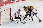 Krefelds Brett Olson (Nr.16) im Zweikampf mit Bremerhavens LUCAGLÄSER (Nr.98) vor Bremerhavens BRANDONMAXWELL (Nr.31)  beim Spiel in der Gruppe Nord der DEL, Krefeld Pinguine (schwarz) – Fischtown Pinguins Bremerhaven (weiss).<br /> <br /> Foto © PIX-Sportfotos.de *** Foto ist honorarpflichtig! *** Auf Anfrage in hoeherer Qualitaet/Aufloesung. Belegexemplar erbeten. Veroeffentlichung ausschliesslich fuer journalistisch-publizistische Zwecke. For editorial use only.