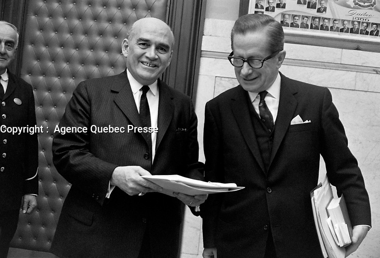 Paul Dozois: ministre des Finances, ministre des Institutions financières et Daniel Johnson.<br /> Entre le 25 et le 31 mars 1968<br /> <br /> Photo : Photo Moderne - AQP
