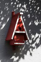 Selbstgebaute Holz-Nistkästen, Nistkasten für Vögel aus Holz, Vogelkasten, Meisenkasten selber bauen, Basteln, Bastelei, selbst bauen, selbermachen, selbstmachen, hochovales Einflugloch für Gartenrotschwanz