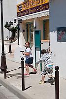 France/13/Bouches du Rhone/Camargue/Parc Naturel Régionnal de Camargue/Saintes Maries de la Mer: Jeux d'enfants  dans les ruelles du village