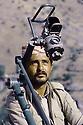Irak 1985.Dans les zones libérées, région de Lolan, un peshmerga surveillant le ciel.Iraq 1985.In liberated areas, Lolan district, a peshmerga and the DCA