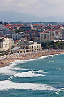 Europe/France/Aquitaine/64/Pyrénées-Atlantiques/Pays-Basque/Biarritz: Le front de mer , la grande plage et le casino de style Art Déco, vu depuis le sommet du phare à la  pointe Saint-Martin