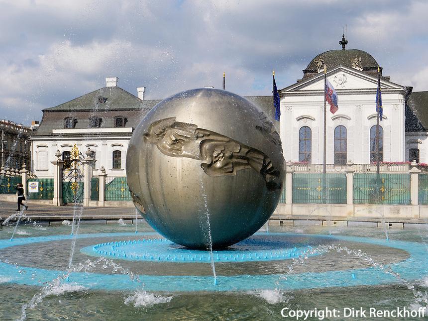Grassalkovich Palast und Brunnen am Hodzovo nam. in Bratislava, Bratislavsky kraj, Slowakei, Europa<br /> Grassalkovich palace and fountain at Hodzovo nam., Bratislava, Bratislavsky kraj, Slowakia, Europe