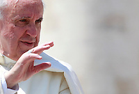 Papa Francesco saluta i fedeli al termine dell'udienza generale del mercoledi' in Piazza San Pietro, Citta' del Vaticano, 21 maggio 2014.<br /> Pope Francis waves to faithful at the end of his weekly general audience in St. Peter's Square at the Vatican, 21 May 2014.<br /> UPDATE IMAGES PRESS/Isabella Bonotto<br /> <br /> STRICTLY ONLY FOR EDITORIAL USE