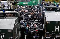 """Nazi Aufmarsch / Demo in Leipzig Ost - Leipziger verhindert den Zug durch die Stadt mit Blockade am S-Bahnhof Sellerhausen - unter dem Motto """"Leipzig nimmt Platz"""" nahmen Hunderte Leipziger an der bunten Gegenveranstaltung teil - sie schafften es den Start des Aufmarsches solange zu verhindern bis die Polizei die Kundgebung für beendet erklärte - in diesem Moment (ca. 16:40) eskalierte die Situation auf Seiten der Sympathiesanten der rechten Szene - Steine und Flaschen flogen - die Polizei bekam die Situation rasch wieder unter Kontrolle - im Bild:  Die Einsatzkräfte der Polizei sichern die Situation und kesseln die angreifenden Rechten ein. Foto: Norman Rembarz..Norman Rembarz , ASV-Autorennummer 41043728 , Holbeinstr. 14, 04229 Leipzig, Tel.: 01794887569, Hypovereinsbank: BLZ: 86020086, KN: 357889472, St.Nr.: 231/261/06432 - Jegliche kommerzielle Nutzung ist honorar- und mehrwertsteuerpflichtig! Persönlichkeitsrechte sind zu wahren. Es wird keine Haftung übernommen bei Verletzung von Rechten Dritter. Autoren-Nennung gem. §13 UrhGes. wird verlangt. Weitergabe an Dritte nur nach  vorheriger Absprache.."""