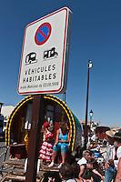 France/13/Bouches du Rhone/Camargue/Parc Naturel Régionnal de Camargue/Saintes Maries de la Mer: Lors du Pèlerinage  des Gitans, Procession à la mer de Sainte Sara, la Vierge Noire -  roulottes des gitans devant le front de mer