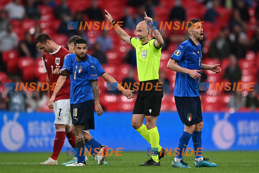 LONDON, ENGLAND - JUNE 26: Match Referee, Anthony Taylor signals that the goal has been disallowed by VAR during the UEFA Euro 2020 Championship Round of 16 match between Italy and Austria at Wembley Stadium at Wembley Stadium on June 26, 2021 in London, England. (Photo by Shaun Botterill - UEFA/UEFA via Getty Images)<br /> Photo Uefa/Insidefoto ITA ONLY