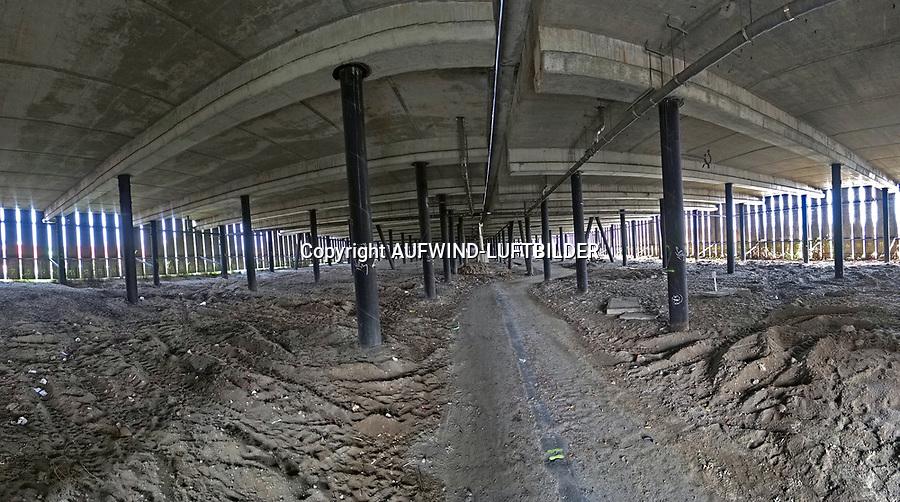 Ingenieurbauwerk K30 südliche Tunneleinfahrt Elbtunnel: EUROPA, DEUTSCHLAND, HAMBURG, (EUROPE, GERMANY), 22.09.2017: Ersatzneubau des Ingenieurbauwerkes K30 (BAB A7) im Zuge der 8-streifigen Erweiterung südlich des Elbtunnels<br /> Mit dem Kürzel K30 wird das 418m lange Rampenbauwerk zwischen Elbtunnel und Hochstraße Elbmarsch bezeichnet. Es ist baulich von der Hochstraße Elbmarsch getrennt.<br /> Für die K30 haben Bauwerksuntersuchungen ausgeprägte Schäden am Bauwerk mit dringendem Handlungsbedarf ergeben. Das Bauwerk K 30 ist bereits achtstreifig ausgebaut, hat aber eine besondere Bedeutung für die Anfahrbarkeit des Elbtunnels. Die Vorplanung hat ergeben, dass es am sinnvollsten ist, für die K30 einen Ersatzneubau zu errichten. Dieser wird nicht als Brücken- bzw. Rampenkonstruktion erfolgen, sondern als so genannter Fangedamm. Das ist ein künstlich aufgeschütteter Damm, der platzsparend durch Stahlbetonwände eingefasst ist.<br /> Um die Erreichbarkeit aller Röhren des Elbtunnels während der Bauzeit sicherzustellen und im Bereich der K30 insgesamt sechs Fahrstreifen anzubieten, wird bauzeitlich westlich des Bauwerks ein Hilfsdamm errichtet, der während der Bauzeit auf Platz für zwei Fahrstreifen bietet. Parallel werden in jeder Bauphase vier Fahrstreifen durch das  Baufeld geführt. Das Foto ist ein Panoramabild unter der Brücke.