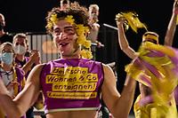 Wahlfeier der Kampagne Deutsche Wohnen & Co. enteignen am Sonntag den 26. September 2021 in Berlin.<br /> Nach den ersten bekanntgegebenen Zahlen haben sich ueber 57 Prozent der an der Volksabstimmung Beteiligten fuer eine Vergesellschaftung grosser Immobilienkonzerne wie Deutsche Wohnen, Vonovia und anderen ausgesprochen.<br /> Links im Bild: Mitglieder der Kampagne fuer das Volksbegehren jubeln als die ersten Zahlen kommen.<br /> 26.9.2021, Berlin<br /> Copyright: Christian-Ditsch.de