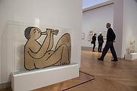 """Die Ausstellung """"Picasso. Das spaete Werk"""" wird vom 9. Maerz bis 16. Juni 2019 im Potsdamer Museum Barberini gezeigt.  Alle Leihgaben, Gemaelde, Keramiken, Skulpturen und Graphiken von Pablo Picasso (1881–1973), stammen aus der Sammlung Jacqueline Picasso (1927–1986).<br /> In der von Gastkurator Bernardo Laniado-Romero getroffenen Auswahl befinden sich zahlreiche Werke, die erstmalig in Deutschland gezeigt werden sowie einige, die zum ersten Mal in einem Museum praesentiert werden.<br /> Im Bild: Skulptur """"Sitzender Musiker mit angezogenen Beinen"""", Kohle mit Tusche auf Karton, 12, Juli 1956.<br /> 7.3.2019, Potsdam<br /> Copyright: Christian-Ditsch.de<br /> [Inhaltsveraendernde Manipulation des Fotos nur nach ausdruecklicher Genehmigung des Fotografen. Vereinbarungen ueber Abtretung von Persoenlichkeitsrechten/Model Release der abgebildeten Person/Personen liegen nicht vor. NO MODEL RELEASE! Nur fuer Redaktionelle Zwecke. Don't publish without copyright Christian-Ditsch.de, Veroeffentlichung nur mit Fotografennennung, sowie gegen Honorar, MwSt. und Beleg. Konto: I N G - D i B a, IBAN DE58500105175400192269, BIC INGDDEFFXXX, Kontakt: post@christian-ditsch.de<br /> Bei der Bearbeitung der Dateiinformationen darf die Urheberkennzeichnung in den EXIF- und  IPTC-Daten nicht entfernt werden, diese sind in digitalen Medien nach §95c UrhG rechtlich geschuetzt. Der Urhebervermerk wird gemaess §13 UrhG verlangt.]"""