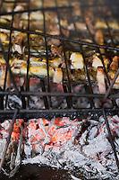 Europe/France/Aquitaine/33/Gironde/Saint-Yzans-de-Médoc: Château  Loudenne, Médoc Cru Bourgeois-   cuisine des vendanges  - les brochettes  d'anguilles grillées au lard sur les sarments de vigne
