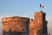 France/17/Charente Maritime/La Rochelle: Le vieux port, détail de la tour de la chaîne, au second plan, la tour Saint Nicolas