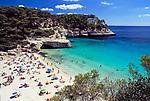 Spanien, Balearen, Menorca, Cala Mitjana: beliebte Badebucht im Sueden | Spain, Balearic Islands, Menorca, Cala Mitjana: popular bay and beach at the south