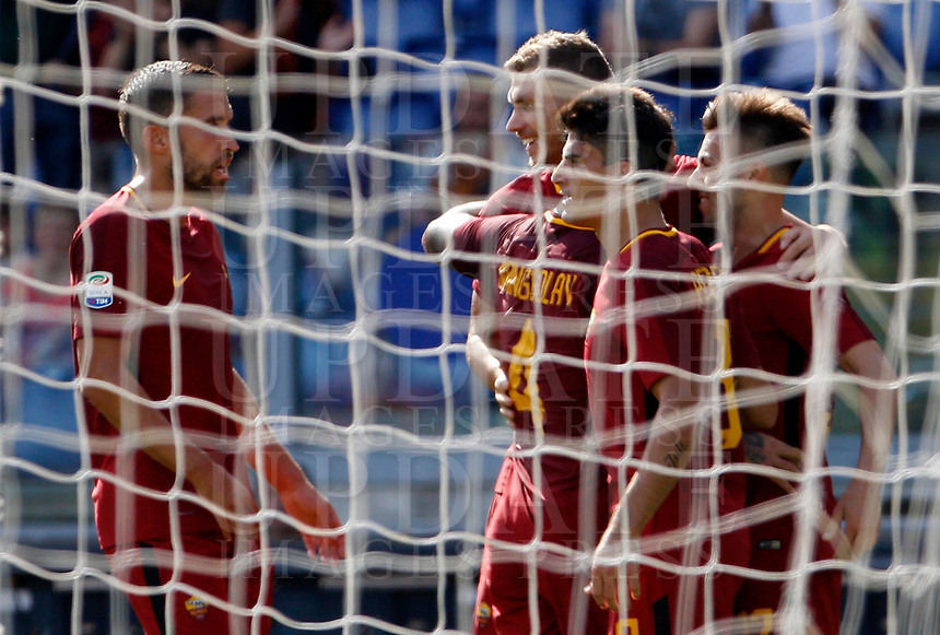 Calcio, Serie A: Roma vs Udinese. Roma, stadio Olimpico, 23 settembre 2017.<br /> Roma's Stephan El Shaarawy, right, celebrates with teammates after scoring during the Italian Serie A football match between Roma and Udinese at Rome's Olympic stadium, 23 September 2017. Roma won 3-1.<br /> UPDATE IMAGES PRESS/Riccardo De Luca