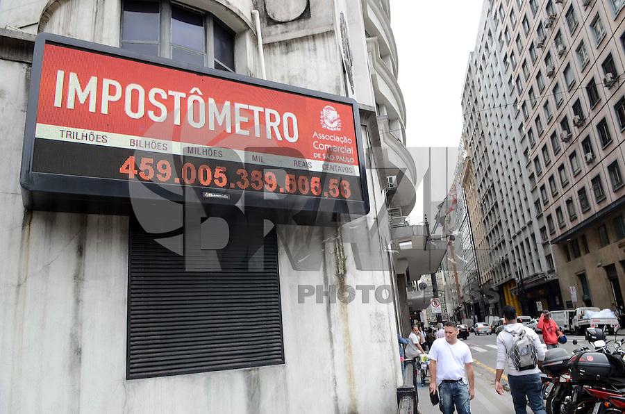 SAO PAULO, 10 DE ABRIL DE 2013 - IMPOSTOMETRO - Impostometro, localizado na Rua Boa Vista, registra mais de 459 bilhões arrecadados, na manhã desta quarta feira, 10. (FOTO: ALEXANDRE MOREIRA / BRAZIL PHOTO PRESS)