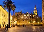 Spain, Andalusia, Seville: Seville cathedral and the Giralda at night | Spanien, Andalusien, Sevilla: Kathedrale von Sevilla und La Giralda, der Glockenturm, am Abend
