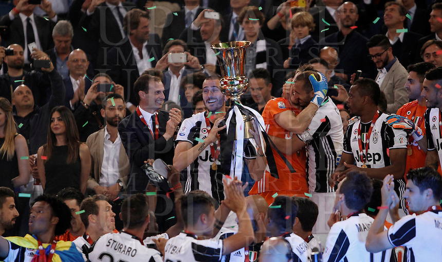 Calcio, finale Tim Cup: Milan vs Juventus. Roma, stadio Olimpico, 21 maggio 2016.<br /> Juventus' Leonardo Bonucci holds the trophy at the end of the Italian Cup final football match between AC Milan and Juventus at Rome's Olympic stadium, 21 May 2016. Juventus won 1-0 in the extra time.<br /> UPDATE IMAGES PRESS/Isabella Bonotto
