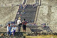 Touristen vor der Sonnenpyramide, Teotihuacan, Mexiko, Nordamerika