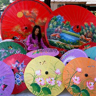Thailand, Chiang Mai: Umbrella Painting   Thailand, Chiang Mai: Schirmfabrik, Schirm-Malerei