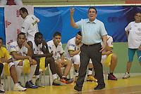 BUCARAMANGA -COLOMBIA, 04-10-2013. El entrenador de Búcaros Parra da instrucciones  durante el encuentro entre Búcaros Freskaleche y Bambuqueros de Neiva válido por la fecha 23 de la Liga DirecTV de Baloncesto 2013-II Colombia de Colombia realizado en el Coliseo Vicente Díaz Romero de Bucaramanga./ Parra coach of Bucaros gives directios during the match between Bucaros Freskaleche and Bambuqueros de Neiva valid for the 23th date DirecTV Basketball League 2013-II in Colombia at Vicente Diaz Romero coliseum in Bucaramanga. Photo:VizzorImage / Duncan Bustamante / STR