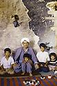 Irak 1991.  Le retour des réfugiés: à Haj Omran, une famille dans une maison en ruines  Iraq 1991  Kurdish refugees coming back: in Haj Omran, living in the ruins
