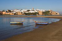 Afrique/Afrique du Nord/Maroc/Rabat: la kasbah des Oudaïas vue depuis la plage de Salé et l'oued Bou Regreg