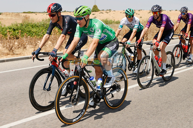 Green Jersey Fabio Jakobsen (NED) Deceuninck-Quick Step chats with Dylan Van Baarle (NED) Ineos Grenadiers during Stage 5 of La Vuelta d'Espana 2021, running 184.4km from Tarancón to Albacete, Spain. 18th August 2021.    <br /> Picture: Luis Angel Gomez/Photogomezsport | Cyclefile<br /> <br /> All photos usage must carry mandatory copyright credit (© Cyclefile | Luis Angel Gomez/Photogomezsport)