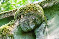 Moosbedeckte Grabskulptur, Historischer Friedhof Südwestkirchhof Stahnsdorf, Potsdam-Mittelmark, Brandenburg, Deutschland