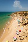 Spanien, Andalusien, Roche bei Barrosa: Calas de Conil beach im Sommer | Spain, Andalusia, Roche near Barrosa: Calas de Conil beach in summer