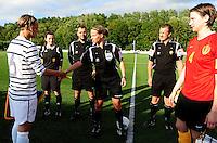 Vriendschappelijke interland vrouwenvoetbal : Belgium A - France A te Nieuwpoort ;..scheidsrechter Leen Martens  aan de aftrap met Sandrine Soubeyrand (links) en Heleen Jaques..foto DAVID CATRY / Vrouwenteam.be