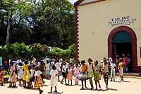 Madagaskar, Insel Sainte-Marie oder Nosy Boraha. Kirchgang in der aeltesten Kirche der Insel in Ambodifotatra. Kirchgaenger, Einheimische, Bevoelkerung, Kirche, Afrika, 2006, QF; Madagascar, island Sainte-Marie or Nosy Boraha. Sunday church in the oldest church on the island in Ambodifotatra. (Bildtechnik: sRGB, 52.17 MByte vorhanden)