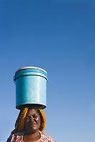 Afrique/Afrique de l'Est/Tanzanie/Dar es-Salaam: le marché aux poissons - Femme portant des marchandises sur la tête