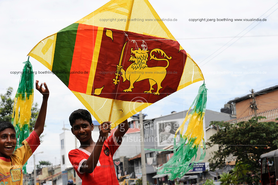 "Suedasien Asien Sri Lanka, Colombo , nach dem Sieg der singhalesischen Armee gegen die LTTE Tamil Tiger gibt es einen wachsenden Nationalstolz der Singhalesen demonstriert mit Fahnen und Symbolen des singhalesischen Staates | .South Asia Sri Lanka, growing national feelings of Singhalese after war against the LTTE tamil tigers , boys with kite with national flag   .| [ copyright (c) Joerg Boethling / agenda , Veroeffentlichung nur gegen Honorar und Belegexemplar an / publication only with royalties and copy to:  agenda PG   Rothestr. 66   Germany D-22765 Hamburg   ph. ++49 40 391 907 14   e-mail: boethling@agenda-fototext.de   www.agenda-fototext.de   Bank: Hamburger Sparkasse  BLZ 200 505 50  Kto. 1281 120 178   IBAN: DE96 2005 0550 1281 1201 78   BIC: ""HASPDEHH"" ,  WEITERE MOTIVE ZU DIESEM THEMA SIND VORHANDEN!! MORE PICTURES ON THIS SUBJECT AVAILABLE!! ] [#0,26,121#]"