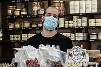 food shop in Paris during coronavirus time Negozio alimentare in Parigi  durante il periodo di coronavirus