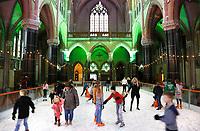 Nederland Gouda - december 2018. Schaatsen in de Gouwekerk. IJsbaan in een oude kerk. De Gouwekerk ( Sint-Jozefkerk ) is een neogotische kruiskerk.  Foto Berlinda van Dam / Hollandse Hoogte