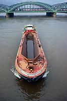 Schute an der Freihafenelbbruecke: EUROPA, DEUTSCHLAND, HAMBURG, (EUROPE, GERMANY), 30.01.2013: Schuten dienen dem Transport von Guetern, die aus Seeschiffen entladen werden, zu den Lagerhaeusern im Hafengebiet oder im naeheren Umland. Im Hamburger Hafen wird der Fuehrer einer Schute als Ewerfuehrer bezeichnet. Klassische Frachtgueter sind Sand, Kies, Kohle, Schrott, Schutt, Muell und  Hafenschlick.