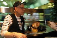"""Europe/France/Nord-Pas-de-Calais/59/Nord/Lille : Au restaurant """"Aux Moules"""" lors de la grande braderie  [Non destiné à un usage publicitaire - Not intended for an advertising use]"""