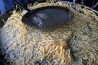 Asie/Inde/Rajasthan/Udaipur: Marché Mandi - Fabrication des snacks à partir de la farine de pois chiches